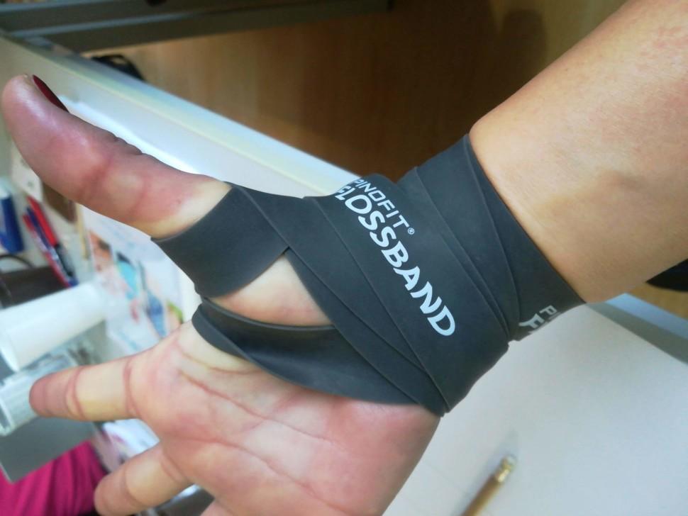 Flossing - rychlá pomoc při bolestech palců azápěstí